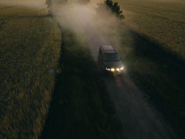 LR4 on dirt road